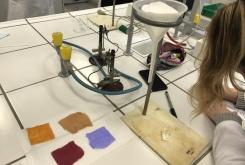 vzorci bombaža barvani z naravnimi barvili