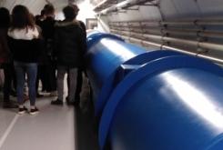 tunel pod zemljo, kjer delce pospesujejo
